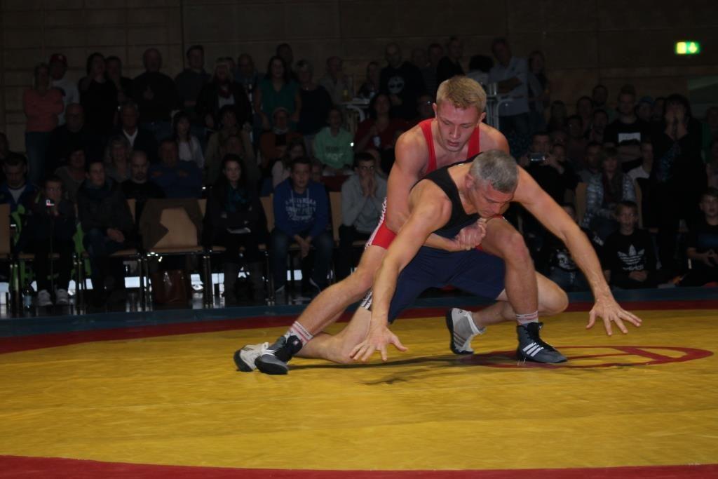 Alexander Truschakov setzt zu einem kraftvollen Überwurf aus der Bodenlage an.